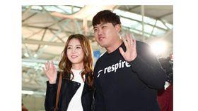 ▲新婚夫婦柳賢振與裵智賢一同飛往美國準備春訓。(圖/截自韓國媒體)