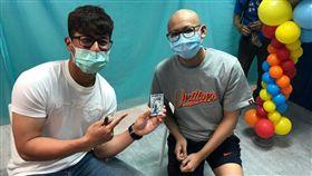 陳傑憲圓夢親贈親筆簽名卡給重症病童。(圖/統一獅提供)