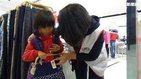 孩童在店內開心挑選新衣服。(圖/南投家扶中心提供)