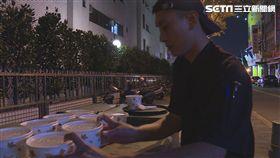 多納餐館老闆何宇淨,暖心老闆準備熱食給街友(記者陳則凱攝影)