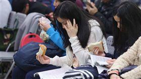 學測登場 考生溫書(2) 107學年度大學入學考試學科能力測驗26日登場,考生 在試場內溫書。 中央社記者徐肇昌攝 107年1月26日