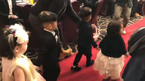 黑人,雙胞胎,兒子,飛飛,翔翔,保母,小亨堡,婚禮,花童,眼淚(圖/翻攝自黑人臉書)