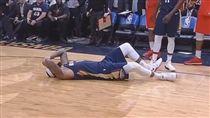 DeMarcus Cousins受傷後倒在地上(圖/翻攝自YouTube)