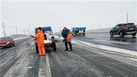 8.5公噸融雪工業鹽被偷…阿嬤抱回家「想醃鹹菜!」 (圖/翻攝自《澎湃新聞》)