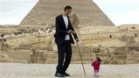最高男,最矮女,金氏世界紀錄,Sultan Kosen,Jyoti Amge,金字塔,埃及 圖/翻攝自推特 https://goo.gl/JsRkLR