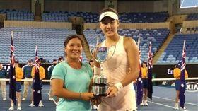▲梁恩碩(左)昨日拿下澳網青少女雙冠軍。(圖/詹謹瑋提供)