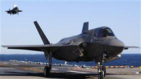 F-35B前進部署  明年進駐亞太中東美軍陸戰隊2018年將分派F-35B,投入兩個陸戰隊遠征支隊的巡行。圖為F-35B降落在兩棲攻擊艦黃蜂號上。(摘自美軍陸戰隊官網)中央社記者曹宇帆洛杉磯傳真  106年12月31日