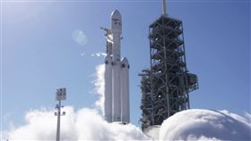 「SpaceX」研發的獵鷹重型運載火箭(Falcon Heavy)已在1月24日通過靜態點火測試,2/6將首度試射。火箭,獵鷹9號,Falcon 9(圖/翻攝自Elon Musk推特)