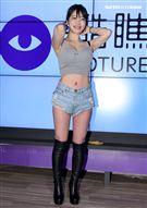 性感寫真女郎涉谷由里電玩展爆乳與粉絲互動。(記者邱榮吉/攝影)