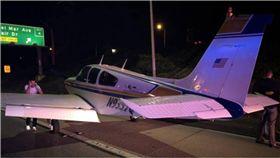飛機,迫降,美國,加州,高速公路,Beech G33 圖/翻攝自推特