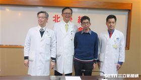 黃先生(右二)罹患罕見嗜依紅性慢性中耳炎併乳突炎及珍珠瘤,雙耳聽力幾乎喪失,經積極治療後,無須仰賴助聽器,重回有聲世界。(圖/記者楊晴雯攝)