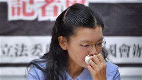 李明哲妻拭淚李明哲救援大隊25日上午在立法院舉行記者會,發起「寄一張耶誕賀年卡給李明哲」活動,台灣非政府組織工作者李明哲妻子李凈瑜在記者會上一度拭淚。中央社記者王飛華攝 106年12月25日