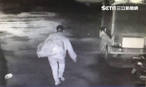杜男深夜潛入2家通訊行,竊取49支iPhone手機,使得店家損失111萬多元,警方準備循線逮人,他卻因紅燈右轉先被逮,警方訊後將他依竊盜罪送辦(翻攝畫面)