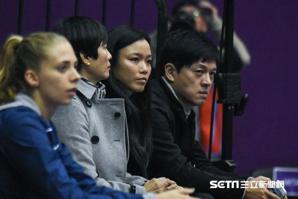 WTA台灣公開賽詹詠然場邊替妹妹加油。(圖/記者林敬旻攝)