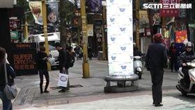 萬華分局武昌派出所今天再度執行掃蕩,果然逮獲1名17歲的朱姓少年,當時他正在對遊客前強迫推銷愛心筆及零錢包,警方訊後將他社維法移送地院裁處(翻攝畫面)