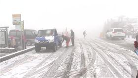 合歡山昨晚開始飄雪,不少民眾不畏風寒搶著上山賞雪。