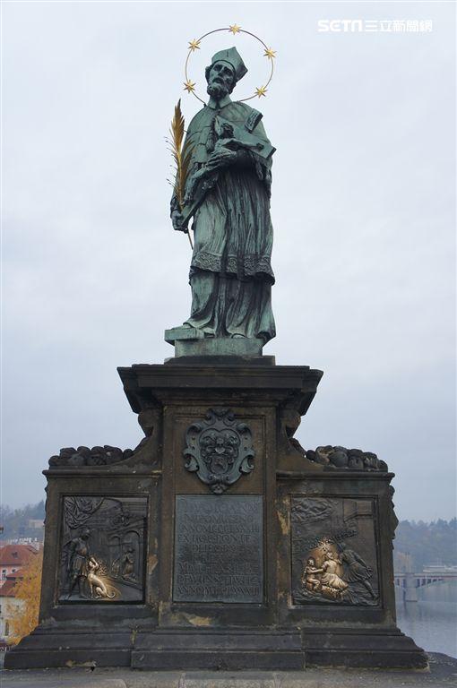 2018新春開運景點,捷克,布拉格,查理大橋聖約翰雕像。(圖/雄獅旅遊供應)