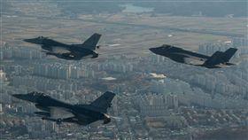 F-16與F-35 首次朝鮮半島共同亮相F-16與F-35A戰機於代號「警戒王牌」的美韓聯合軍事演習中,首次於朝鮮半島上空肩並肩共同演訓。(摘自美軍太平洋司令部官網)中央社記者曹宇帆洛杉磯傳真  106年12月7日