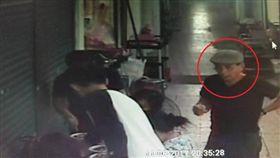 菲律賓扒竊集團主嫌(紅圈處)遭收押禁見。翻攝畫面