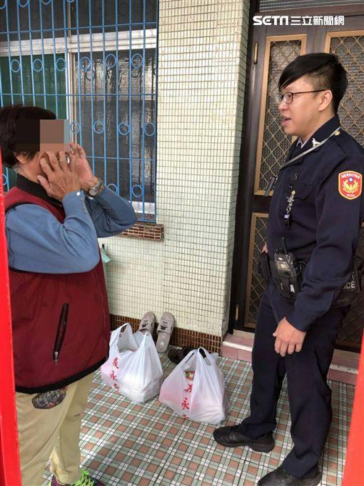 7旬阿嬤餓到偷泡麵 暖警逮人後…背後行爲有洋蔥 圖/翻攝畫面