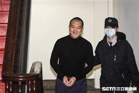 共諜案被告陸生周泓旭31日出庭,過程中面對記者微笑以對,不發一語。 圖/記者林敬旻攝