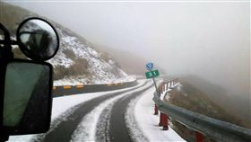 合歡山飄雪  車輛需加掛雪鏈寒流來襲加上大雨,合歡山9日凌晨開始飄雪,南投仁愛警分局指出,台14甲線26公里到41公里處,因路面積雪,行經該路段的車輛需加掛雪鏈才能通行。(仁愛警分局提供)中央社記者吳哲豪傳真  107年1月9日