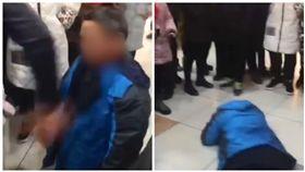 中國大陸中年男子被逼下跪遭掌摑(圖/翻攝自《澎湃新聞》)