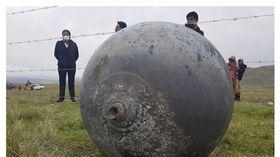 什麼東東?「3顆發光巨球」急墜地 重40公斤...祕魯人嚇壞了(圖/翻攝自Diario Correo)