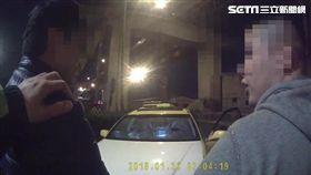 丁男開著白色引擎蓋的計程車遭警攔查,當場被起獲吸食器,同車友人卻爆料有「玩具」,警方再搜出改造手槍及子彈48發,訊後將他依槍砲及毒品罪送辦(翻攝畫面)