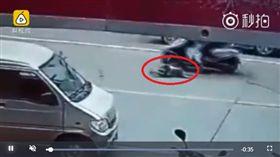 女騎士撞飛男童後,冷血的看著他爬回路邊,就騎車離去。(圖/翻攝梨視頻)