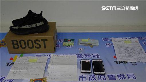 台北市1名23歲的邱姓男子,看準商機籌組詐騙集團,上網假意販售該款潮鞋,收了貨款卻沒出貨,警方循線逮捕邱男等10人,訊後依詐欺罪移送法辦(翻攝畫面)