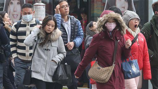 耶誕節冷氣團報到  注意保暖耶誕節冷氣團報到,北台灣較冷,白天高溫約攝氏20度左右,台北市25日早上上班時間不少人穿著厚外套戴口罩出門。中央社記者謝佳璋攝  106年12月25日