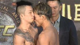 綜合格鬥冠軍賽,過磅,舉牌妹,李俊翰(記者郭奕均攝影)