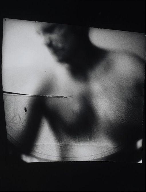 藝術家李斯諾(Dani Lessnau)把針孔攝影機塞進陰道裡拍攝性愛畫面(圖/翻攝自推特)