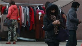 寒流發威 天冷多添衣寒流持續影響,中央氣象局預報員劉沛藤表示,11日全台乾冷,台北攝氏9.6度,是該測站入冬以來的最低溫紀錄,入夜後到12日清晨氣溫將更低,提醒民眾注意保暖。中央社記者吳家昇攝 107年1月11日