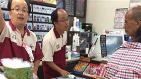 日前有網友到高雄某家便利商店時,看到2名店員長得幾乎一模一樣,疑似雙胞胎一起工作,其它網友看到後紛紛跪求該店的位置,還搞笑說「原來真的有影分身之術啊!」(圖/翻攝自爆笑公社)