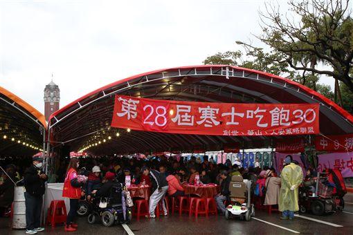 由人安、華山、創世基金會共同舉辦的「第28屆寒士吃飽30」尾牙,4日在總統府前「辦桌」。(圖/總統府提供)