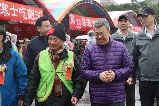 由人安、華山、創世基金會共同舉辦的「第28屆寒士吃飽30」尾牙,4日在總統府前「辦桌」,副總統陳建仁出席。(圖/總統府提供)