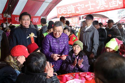 由人安、華山、創世基金會共同舉辦的「第28屆寒士吃飽30」尾牙,4日在總統府前「辦桌」,副總統陳建仁出席並發紅包。(圖/總統府提供)