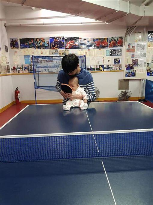 江宏傑指導女兒握球拍。(圖/翻攝自福原愛推特)