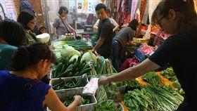 菜價漲約2成(1)經濟部長沈榮津15日表示,受到西螺果菜市場休市,台北農產運銷市場蔬菜到貨量減少,目前菜價上漲約兩成。圖為台北民眾在傳統市場買菜。中央社記者張新偉攝 106年10月15日