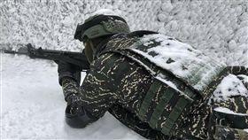 肩、背都積雪…陸戰隊官兵雪地中戰備 不畏低溫令人超敬佩 圖/翻攝自中華民國海軍臉書