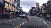墾丁,大街,美照,危險,路中央,拍照,紅衣小女孩,爆料公社 圖/翻攝自臉書