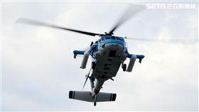 國防部博愛營區實施直升機落地訓練,由陸航黑鷹直升機反特攻、特戰小組實施空中突擊作戰操演,空軍海鷗救護直升機實施傷患吊掛急救操演。(記者邱榮吉/攝影)