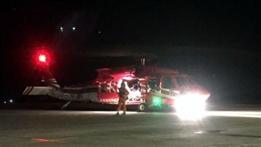 黑鷹暗夜出勤 送蘭嶼病患就醫(1)駐守台東UH-60M「黑鷹」直升機,23日晚首次出勤蘭嶼病患後送任務,蘭嶼後送直升機首次從台東起飛,縮短搶救時間一小時。(空勤總隊提供)中央社記者盧太城台東傳真 106年12月24日