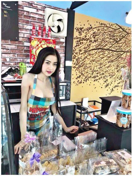 泰國咖啡廳請來全裸女僕當店員,引起警方關注調查。(圖/翻攝khaosod)