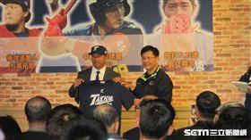▲台中市長林佳龍給予49號球衣給張泰山。(圖/記者蕭保祥攝)