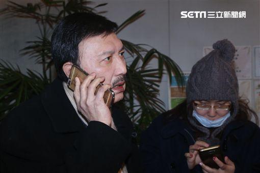 余天現場找不到家屬用電話問家屬有沒有需要幫忙(圖/蔡世偉攝)