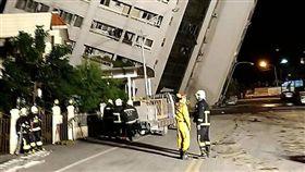 花蓮,地震,阿官火鍋,需要重機具及鋼構支撐。/翻攝畫面