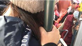 網友遇到莫名女子靠過來,發文求助。(圖/翻攝自爆廢公社臉書)